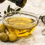 जैतून के तेल के फायदे | 12 Amazing Benefits of Olive Oil for Skin, Hair and Health